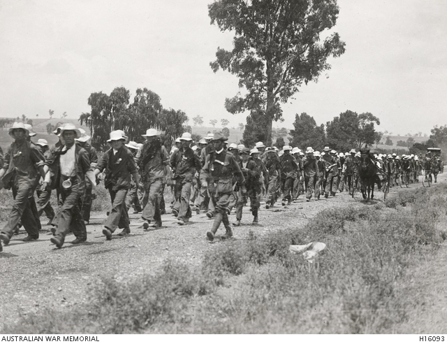 THE KANGAROOS MARCHING TO SYDNEY, DECEMBER 1915 - COLLECTION H16093 - AUSTRALIAN WAR MEMORIAL.